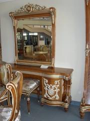 Итальянский новый комплект: туалетный столик - зеркало - пуф